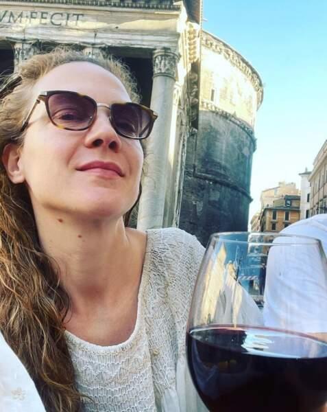 Et elle n'était pas la seule à buller au soleil : Odile Vuillemin picolait à Rome.