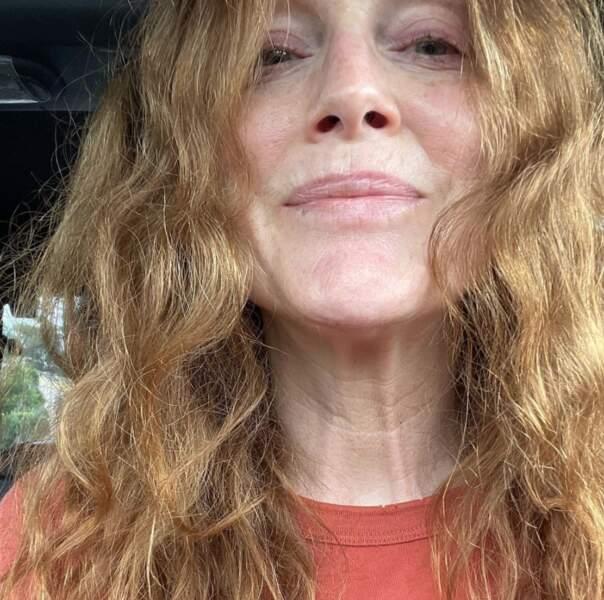 Point mode et beauté : on adore les cheveux wavy de Julianne Moore.