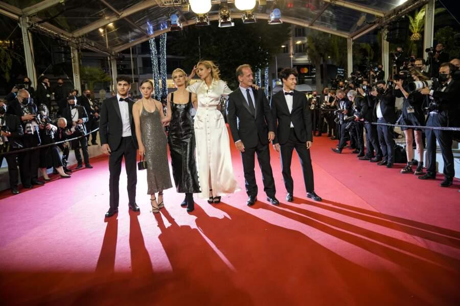 Le producteur Jean-Christophe Reymond, Vincent Lindon, la réalisatrice Julia Ducournau, Agathe Rousselle, Garance Marillier et Lais Salameh