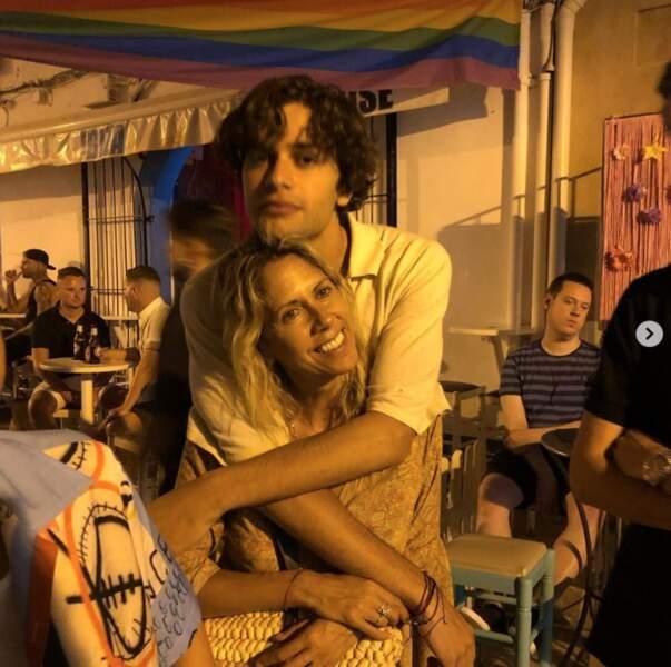 Câlin mère-fils pour Rachel Bourlier et son grand Liam à Ibiza.