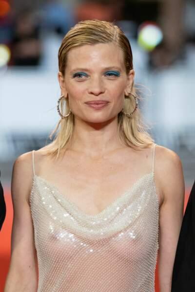 Maquillage bleu turquoise et robe transparente, Mélanie Thierry ose tout !