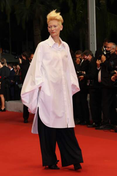 Avec son style unique Tilda Swinton se fait remarquer dans cette tenue en noir et blanc