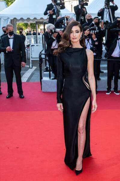 """Sublime, Paz Vega s'apprête à monter les marches pour la projection de 'De son Vivant"""" en robe noire Nicolas Jebran"""