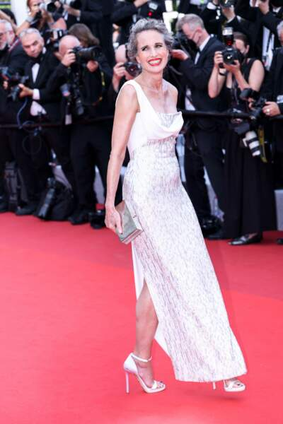 Toujours aussi élégante l'actrice Andie Macdowell est ici en robe Versace