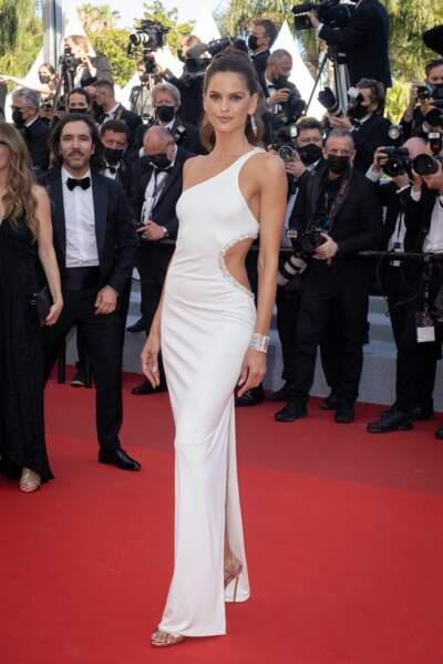 La mannequin Izabel Goulart nous montre ses jolies formes dans cette longue robe fendue