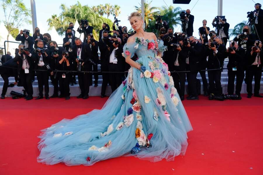 D'humeur romantique, Sharon Stone fait sensation dans cette robe fleurie Dolce & Gabbana