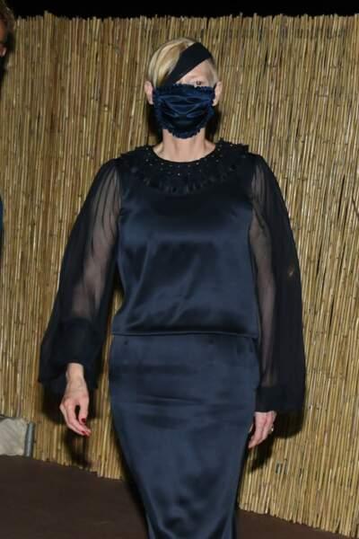 Qui se cache derrière la mystérieuse dame en noir? C'est Tilda Swinton lors d'une soirée Chanel