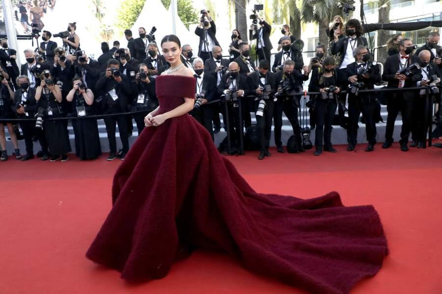 Amy Jackson dans une robe majestueuse pose telle une reine
