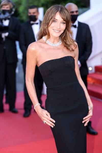 Carla Bruni très classe en robe bustier Saint Laurent