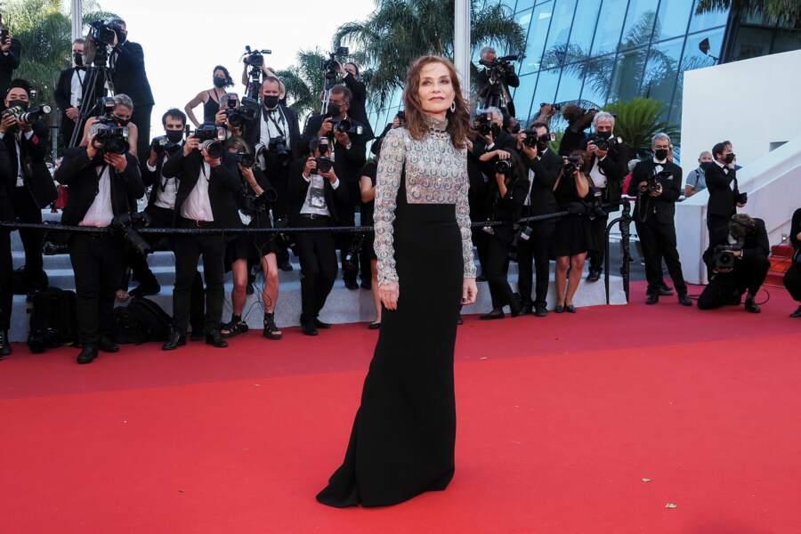 """Isabelle Huppert sur le tapis rouge pour le film """"Aline"""" porte une robe signée Louis Vuitton"""