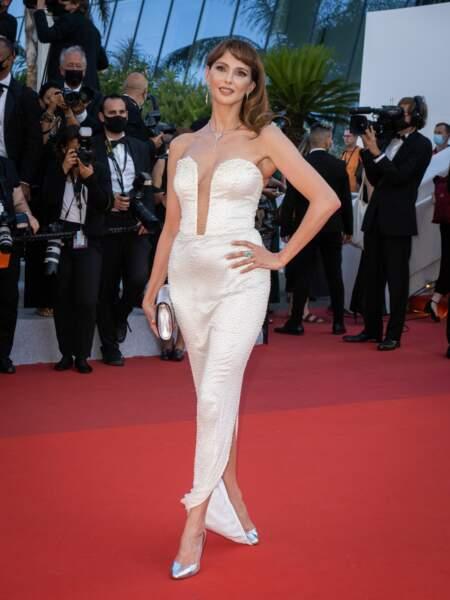 Petit look sirène pour Frédérique Bel dans cette jolie robe bustier crème