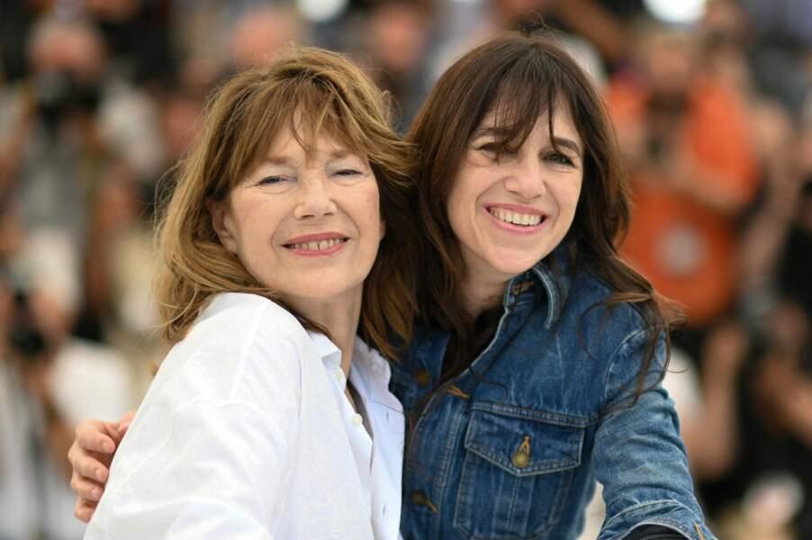 """Charlotte Gainsbourg est avec sa maman Jane Birkin pour le film """"Jane par Charlotte""""."""