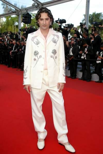 Nicolas Maury a choisi un costume blanc fleuri
