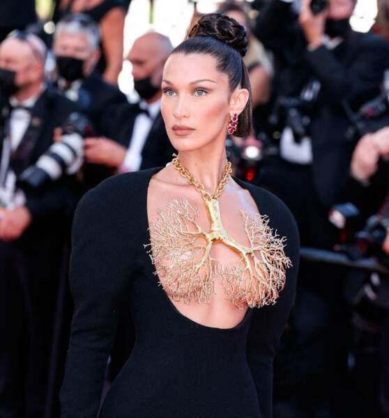 Bella Hadid et son collier en laiton doré pour la collection automne 2021 de Schiaparelli.