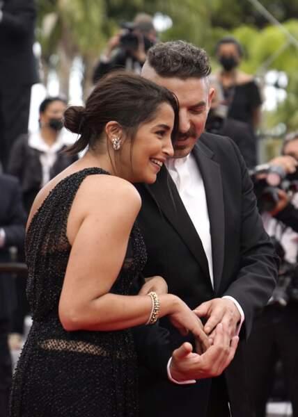 Leïla Bekhti et Damien Bonnard, héros du film Les intranquilles, arrivent sur le tapis rouge, très complices