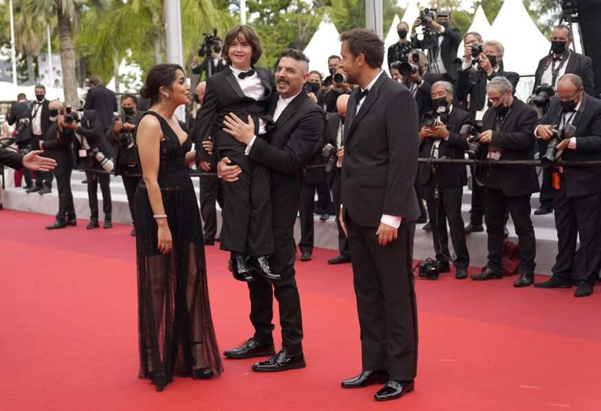 Damien Bonnard porte le jeune Gabriel Merz Chammah (le petit-fils d'Isabelle Huppert), qui joue le fils du couple