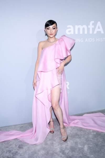 Volumes et démesure pour Jessica Wang, vêtue d'une robe rose à larges volants.