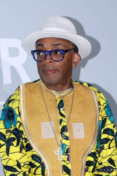 Le réalisateur et président de la 74e édition du Festival de Cannes a agrémenté sa tenue d'un chapeau blanc tressé et d'un gros pendentif en forme de croix.