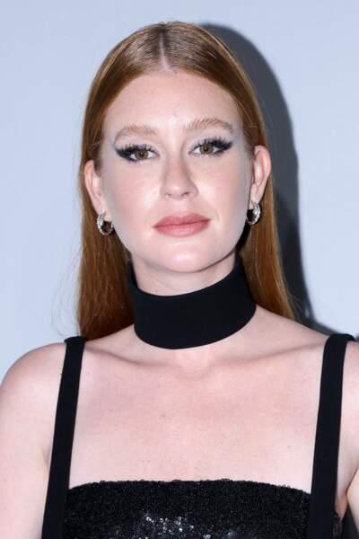 Yeux de biche et épais collier ras-du-cou, l'actrice et mannequin avait une allure très rock.