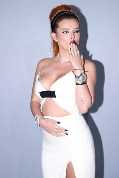 Bella Thorne était, comme toujours, incendiaire, avec sa chevelure rousse qui contrastait avec sa robe blanche moulante.