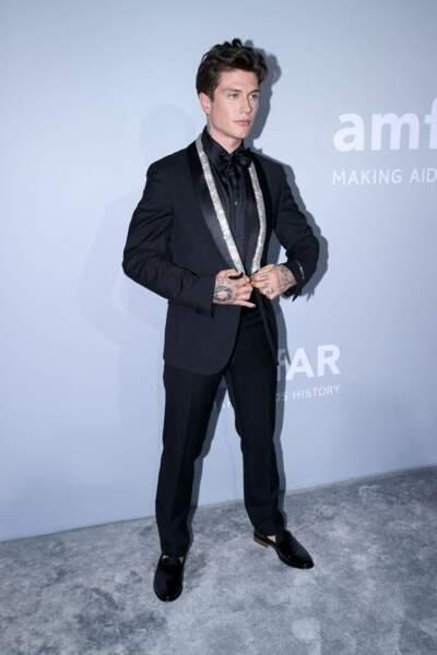 Pour le gala, Benjamin Mascolo avait choisi un costume noir juste réhaussé d'un col pailleté.