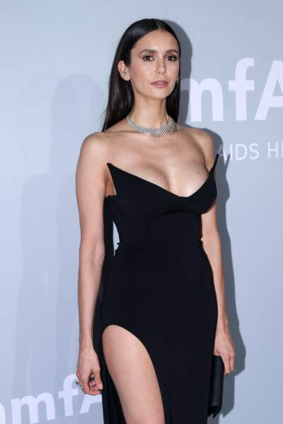 Nina Dobrev avait agrémenté sa tenue d'un collier en argent, et opté pour un brushing lisse.