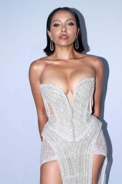 En contraste, sa collègue de Vampire Diaries, Kat Graham, arborait, elle, une robe blanche, mais tout aussi sexy.