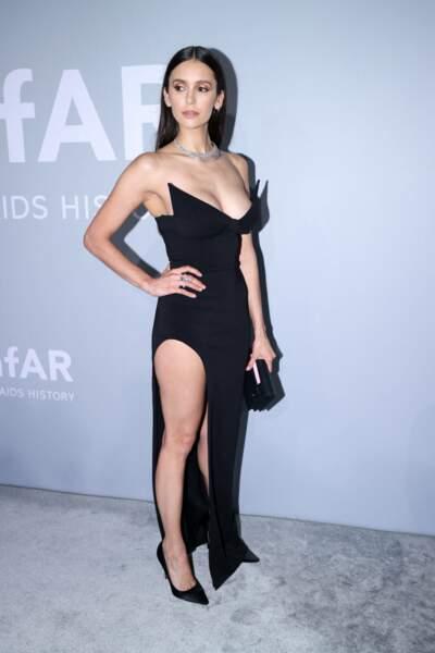 Nina Dobrev, la star de Vampire Diaries, a, elle, dû faire tourner quelques têtes avec sa robe noire fendue, au décolleté pigeonnant.