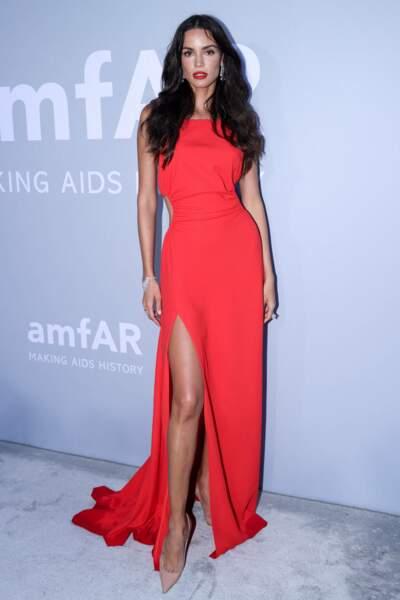 La mannequin brésilienne Sofia Resing a fait ressortir sa chevelure brune avec une robe rouge corail qui n'est pas passée inaperçue.