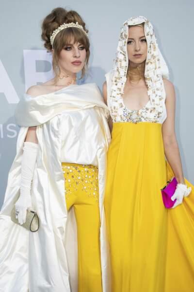 Les sœurs Ivy Love et Isabel Getty, héritières de l'empire Getty, ont joué la sororité jusque dans leurs tenues jaunes et blanches assorties.
