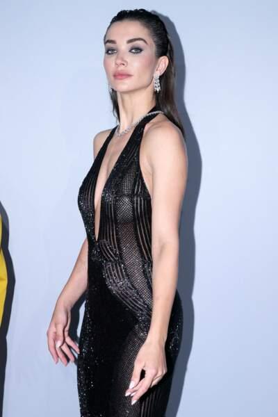 L'actrice britannique Amy Jackson a joué les femmes fatales en arborant une robe noire au décolleté échancré, tout en broderie et transparence.