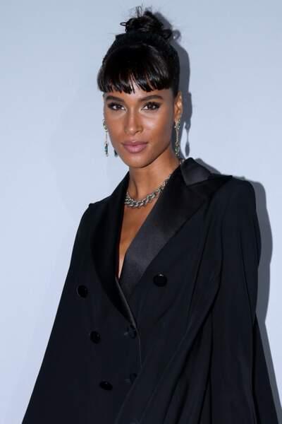La mannequin française avait simplement relevé ses cheveux pour mettre en valeur ses longs pendants d'oreilles.