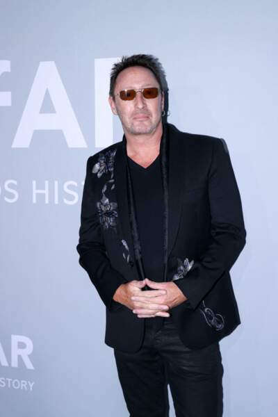Pas de nœud papillon ni de cravate pour Julian Lennon, le fils de John Lennon, qui a préféré miser sur l'ensemble t-shirt et veste de costume, assorti d'une paire de lunettes aux verres fumés.