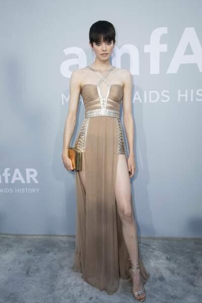 La mannequin allemande Maike Inga était sculpturale dans sa robe beige dévoilant ses jambes d'une longueur infinie.