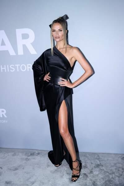 Inspiration japonaise pour la mannequin russe Natasha Poly, avec sa robe noire façon kimono.