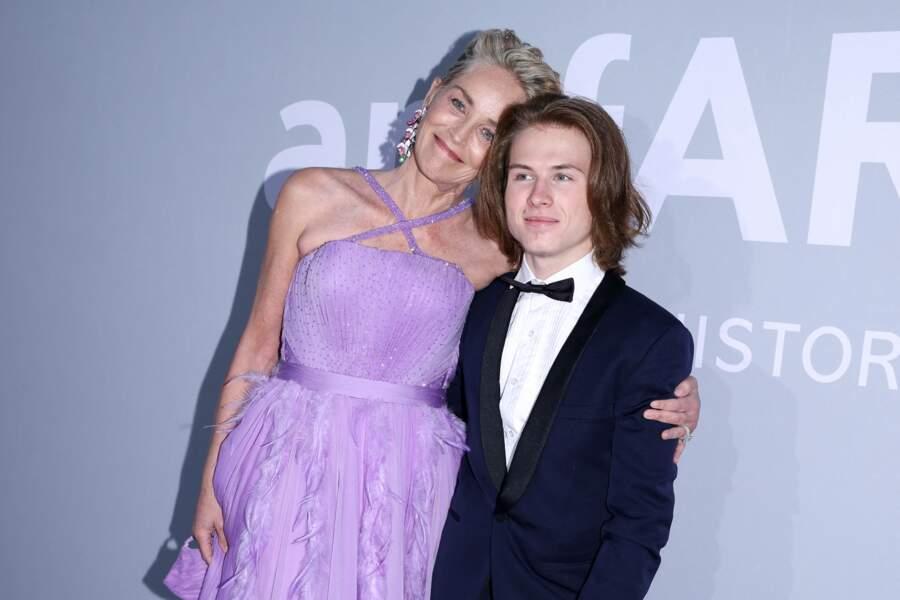 Sharon Stone, qui rayonnait dans sa robe Dolce et Gabbana scintillante, n'est d'ailleurs pas venue seule. Elle avait pour cavalier son fils adoptif, Roan Joseph Bronstein, 21 ans.