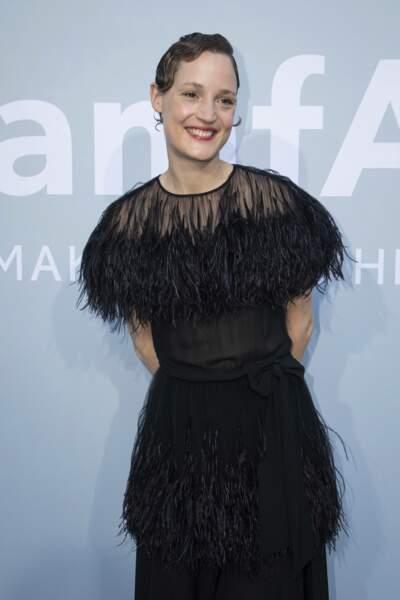 Plus sage, mais pas moins remarquable, Vicky Krieps s'est affichée dans une robe noire à plumes, avec un petit air d'années 1930.