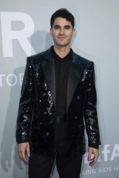 L'acteur et chanteur américain Darren Criss, a lui aussi opté pour les paillettes pour pimper son smoking noir.