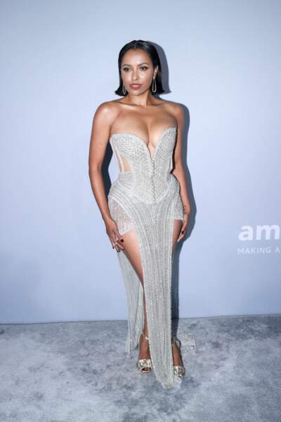 Une robe très structurée, recouverte de strass, qui sublimait ses courbes.