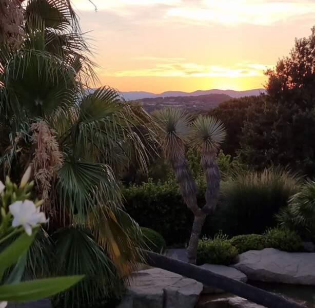 Bernard Montiel a lui mis le cap sur Saint-Tropez. La photo de ce jardin ne vous fait pas rêver ?