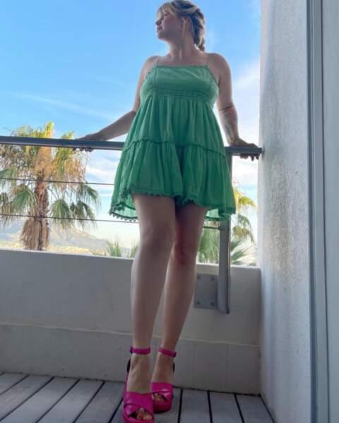 Et Louane a dévoilé ses gambettes dans cette jolie robe d'été !
