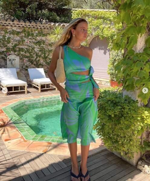 Point mode et beauté : Carla Ginola était assortie à la piscine.