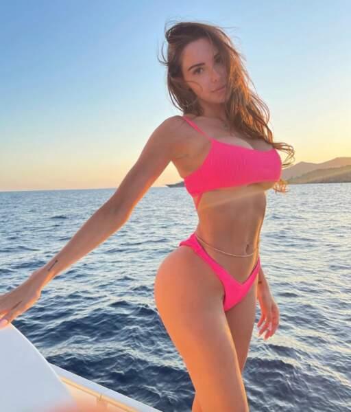 Nabilla voyait la vie en rose fluo pour son dernier jour à Ibiza.