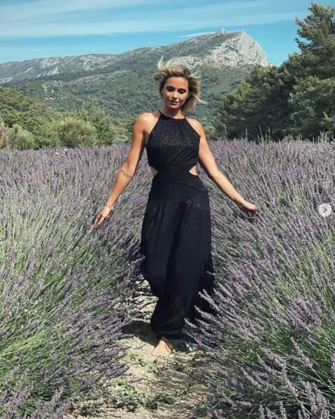 Suivie de près par Clara Morgane dans les champs de lavande !