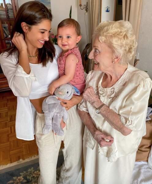 Moment ému pour Mélanie Dedigama face à la rencontre entre sa fille Naya et l'arrière-grand-mère de la petite fille.