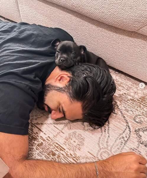 Même pose que Jalil Lespert mais avec un détail mignon : le youtubeur Wartek a présenté son bébé chien, Boo.