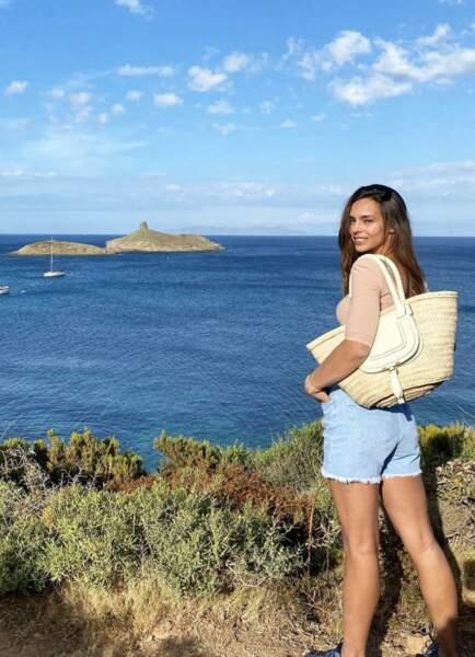 Pour Marine Lorphelin, les vacances estivales se déroulent aussi auprès de son clan, en Corse !
