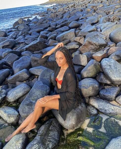 Telle une sirène, Miss France 2017 prend la pose sur un rocher ! Alicia Aylies est de retour dans sa région, en Guyane, pour l'été.