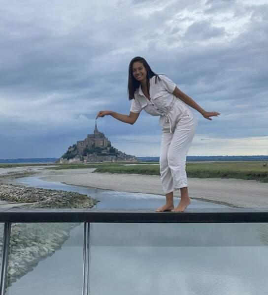 Vaimalama Chaves, en tournée cet été-là sur la côte Atlantique, s'amuse non loin du Mont Saint-Michel.