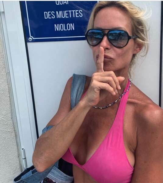 Chut ! On ne dérange pas des gens en vacances ! N'est-ce pas, Rebecca Hampton ?
